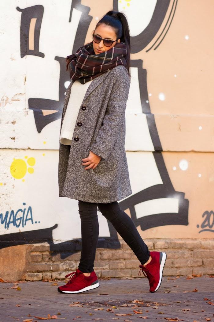 Streetstyle Outfit con abrigo de lana oversized en color gris de Grup MK y deportivas New Balance modelo 574 en color granate