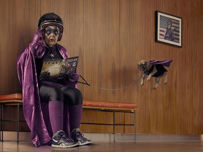 abuelita superheroe con perrito volador