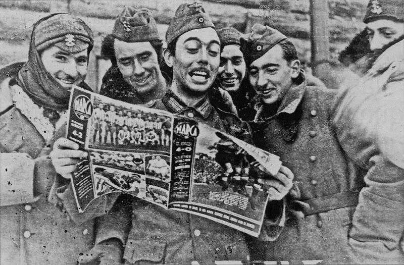 La Batalla de Krasny Bor (I) Antecedentes Grupo+de+soldados+de+la+Divisi%25C3%25B3n+Azul+con+un+ejemplar+de+la+revista+Marca