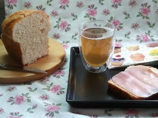 Rebanada de pan de brioche con jamón dulce y una taza de te