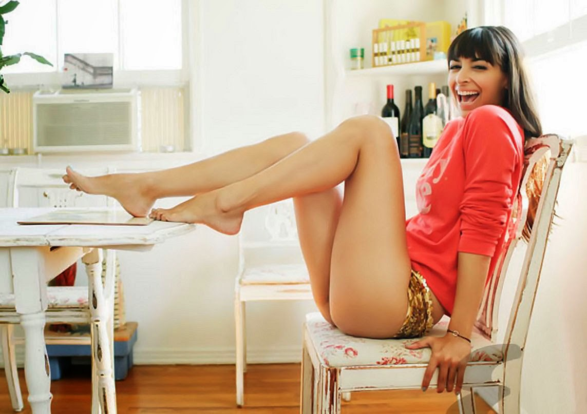 Sexy long legs of actress Hannah Simone