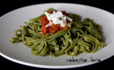 Pasta de espinacas con tomate y mozzarella