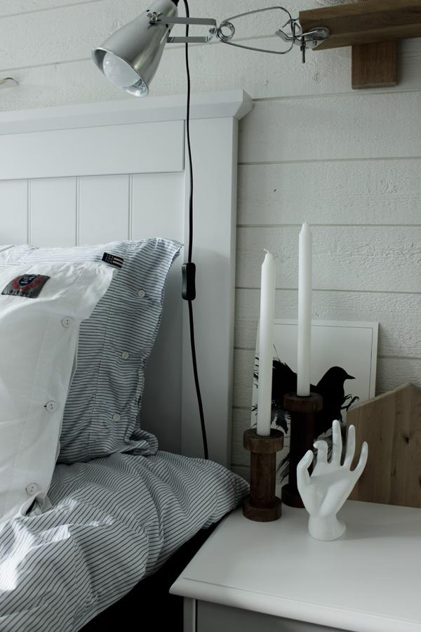 vit hand, lexington sängkläder, eightmood sängkläder, kuddar, vit sänggavel, ljusstakar av trärent, hus av trä i inredningen, print svart fågel, artprints i svartvitt, konsttryck, inspiration sovrum