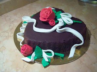 torta cuore nero con rosa e nastro