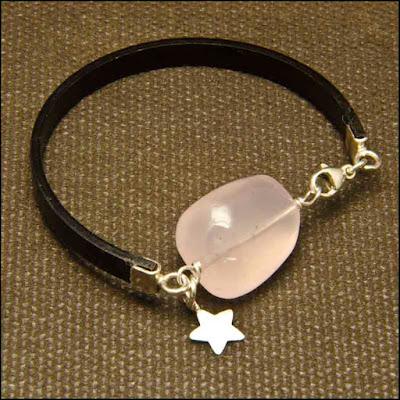 Pulsera de cuero con cuarzo rosa y colgante de estrella de plata. Joyería Artesanal Personalizada
