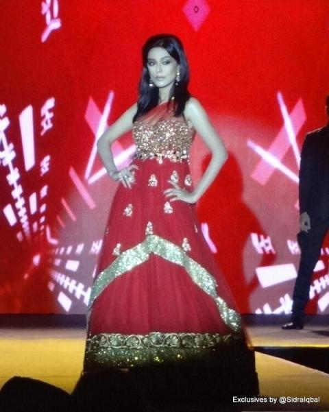 Amrita Rao walks the ramp at IIFA 2013