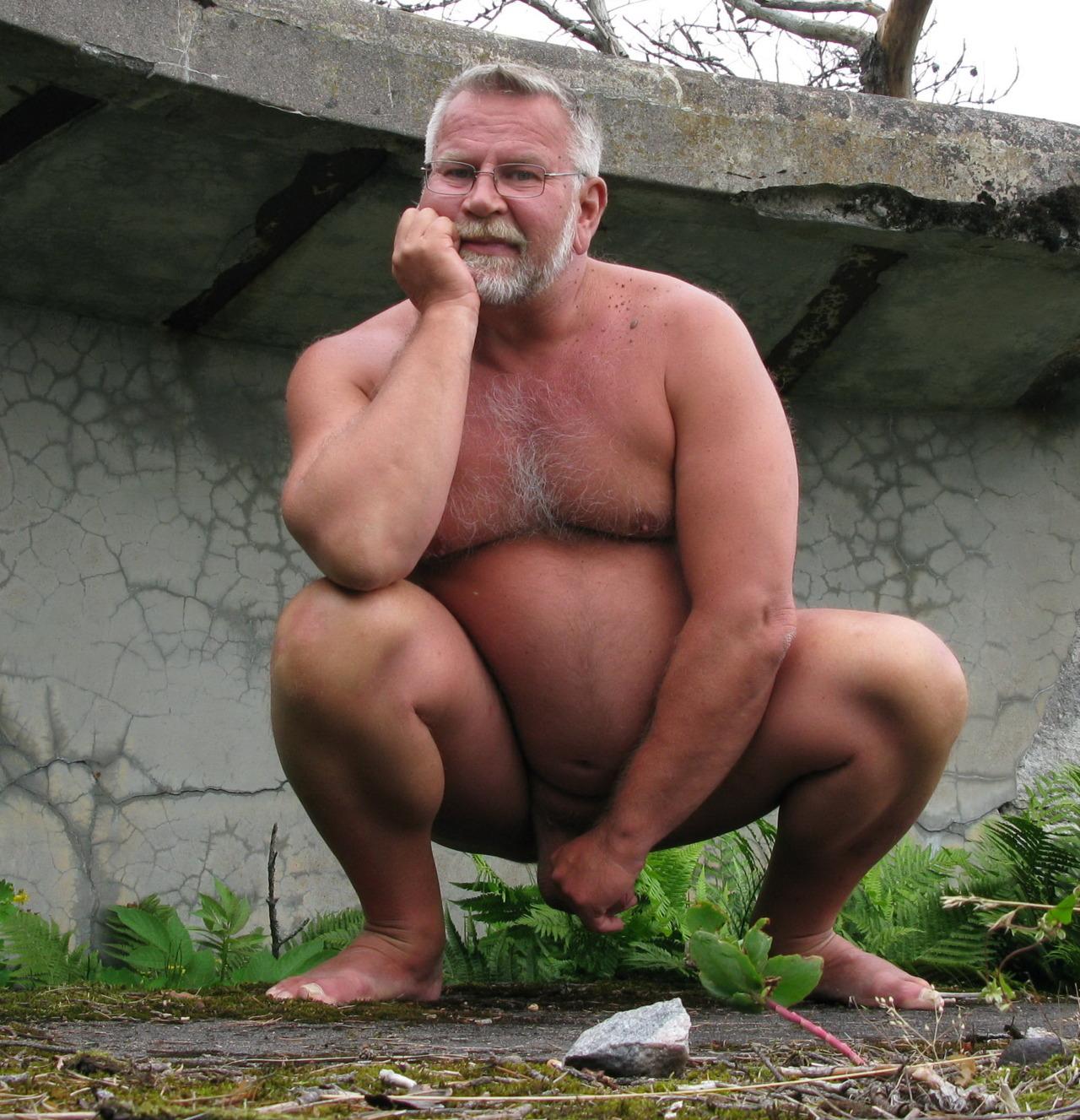 Viejo negro feo desnudo