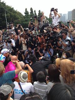 山本太郎さんを撮影するメディア