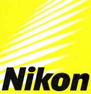 Uso una  cámara negra llamada Nikon