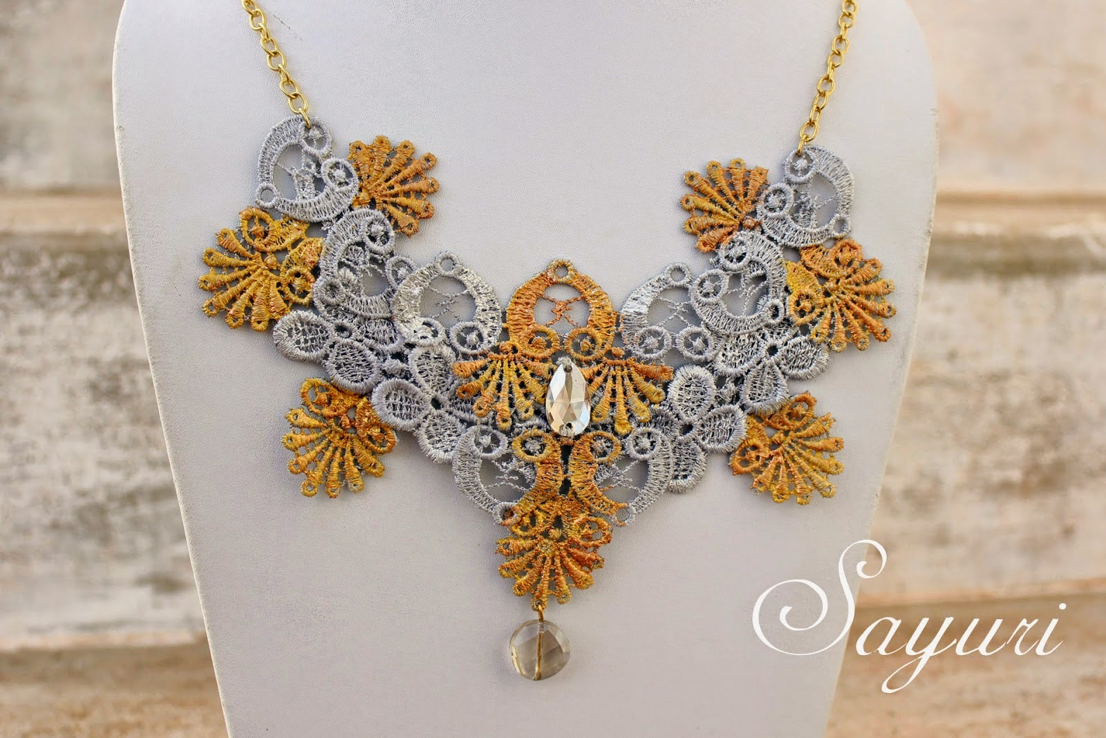 http://www.jewelsofsayuri.com/2014/08/metallic-lace-necklace-diy.html