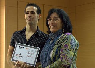 Pau Varela recollint el premi de mans de la Montse Assens