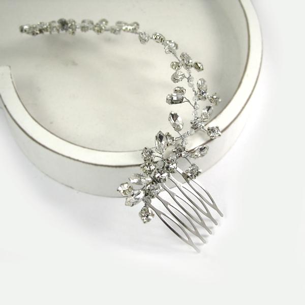 Ślubny grzebień do włosów ozdobiony kryształkami.