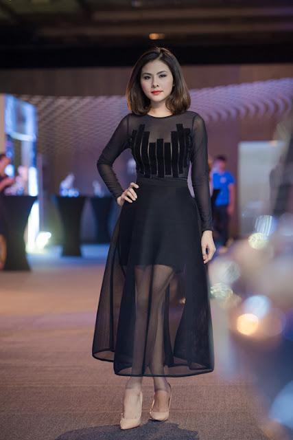 Cô còn thay bộ đầm đen khác nhưng không quá hở.