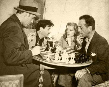 Charles Boyer jugando al ajedrez contra Bogart en 1945 (en el centro Herman Steiner y Lauren Bacall)