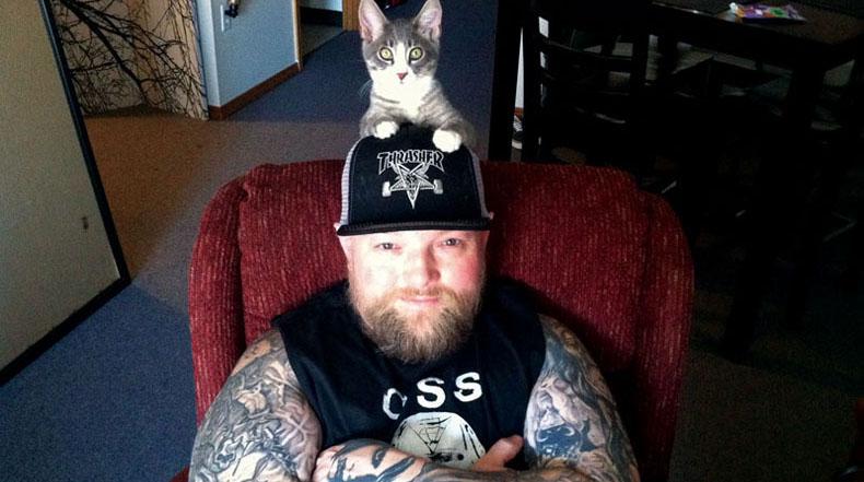 Gatos metálicos: Músicos de Hardcore Metal posan con sus gatos