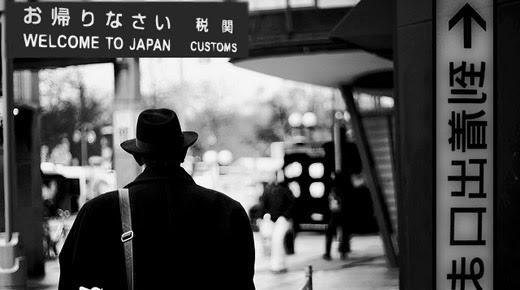 extraño hombre realidad alternativa arribo Japón