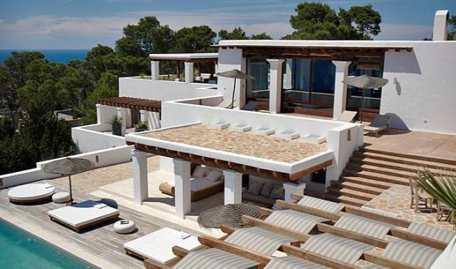 terraza con piscina y tumbona balinesa
