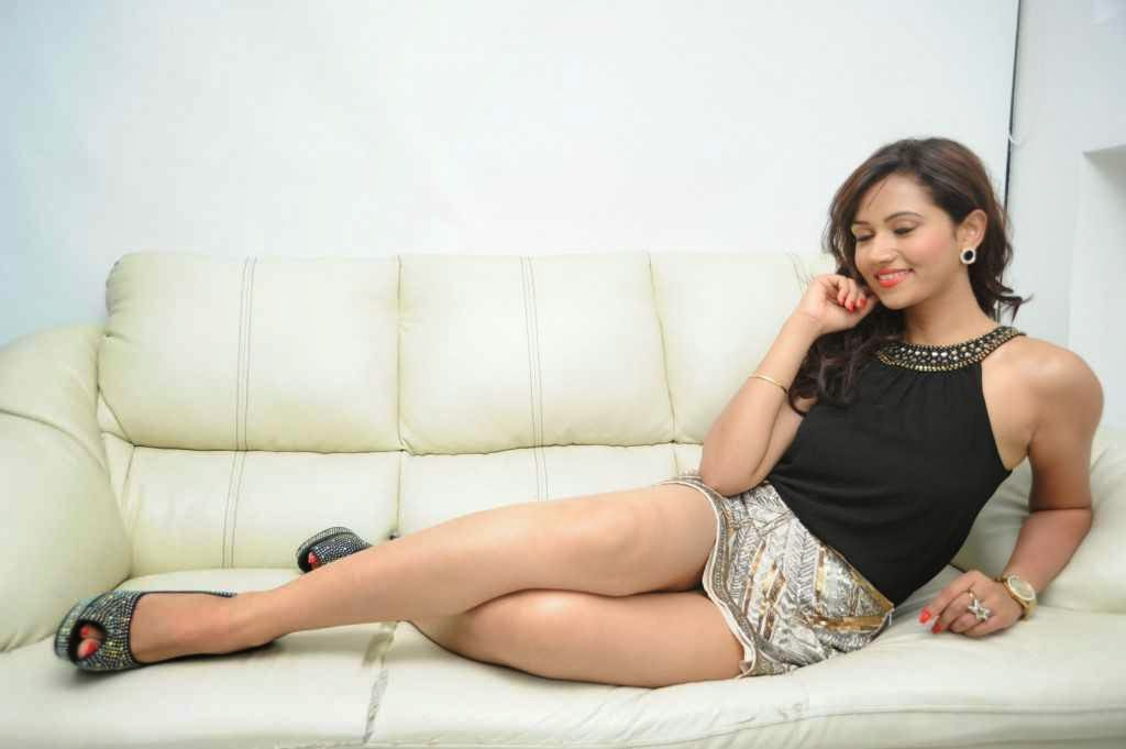 Preeti-Rana-sexy-thighs-photos-4