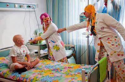 Γιατροί-κλόουν διώχνουν το φόβο από άρρωστα παιδιά
