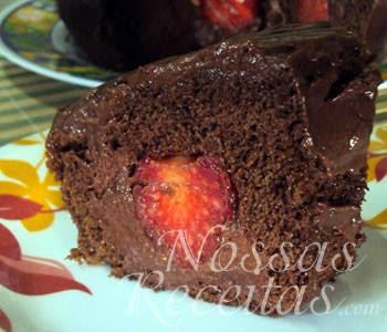 receita de bolo de chocolate recheado com mousse e morangos frescos
