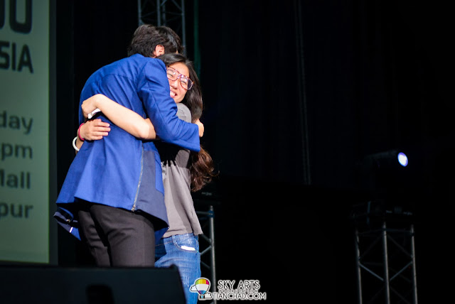 The first lucky fans who manage to hug Kwang Soo and everybody screamed in jealous!! Lee Kwang Soo Fan Meeting in Malaysia