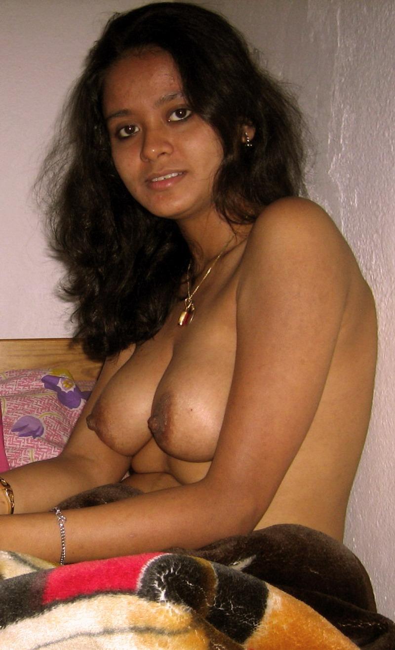 Desi Aunty Showing Boobs