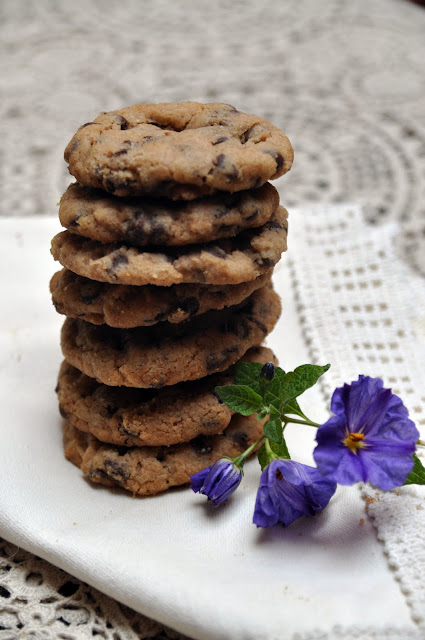 Galletas con chispas de chocolate apiladas. Receta original de chocolate chips cookies.
