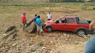 Comerciante com carro desgovernado desce ribanceira na cidade de Picuí