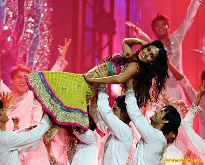 Bipasha Basu performs at the IIFA Awards night in Toronto_FilmyFun.blogspot.com