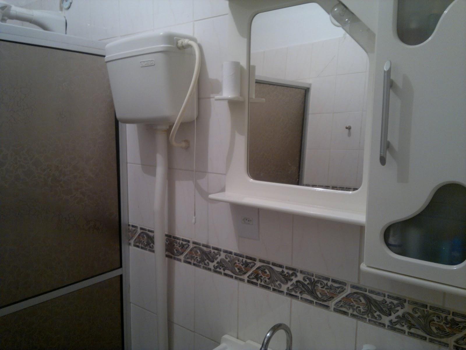 Banheiro todo em azulejo piso frio louças em perfeito estado teto  #595149 1600 1200