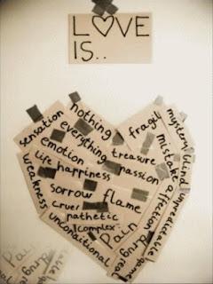 coeur former avec des petits mots coller sur un mur