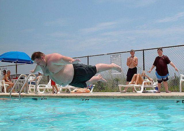 De beste verzameling van grappige foto 39 s hamburger dikke man springt zwembad slaapt grappige - Fotos van het zwembad ...