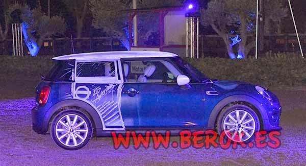 Puerta pintada sobre el coche Mini Couper