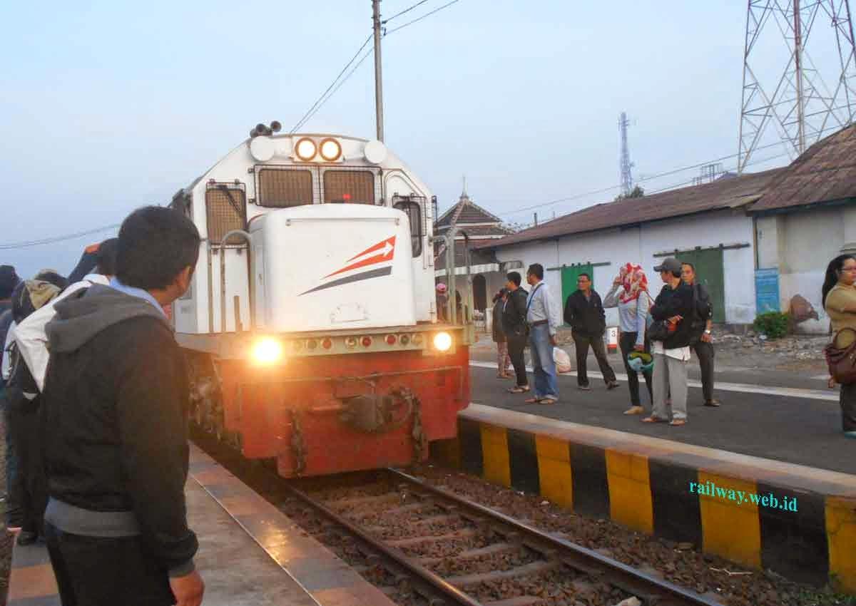 kereta di stasiun mojokerto