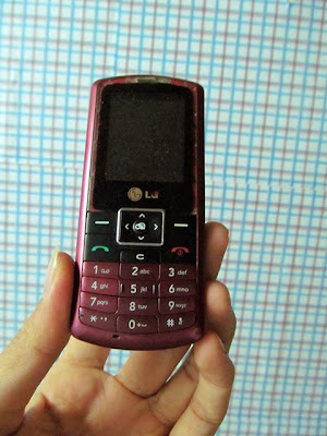 LG KP175 giá 190k Camera nghe nhạc radio java Bán điện thoại lg cũ giá rẻ ở Hà Nội Bán điện thoại LG KP175 cũ giá rẻ, có camera, khe cắm thẻ nhớ, nghe nhạc quay phim chụp ảnh đủ cả, có java cài phần mềm opera, chat ola, linh tinh  Có nghe radio FM, bluetooth luôn. Đã test nghe gọi tốt, sóng khỏe, loa mic to rõ ràng. Hình thức không đẹp lắm, ảnh chụp thật như dưới. Giá rẻ 190k (máy+pin) cho e đầy đủ tính năng giải trí, nghe gọi chống cháy. Bạn nào cần mua liên hệ mình 0904.691.851