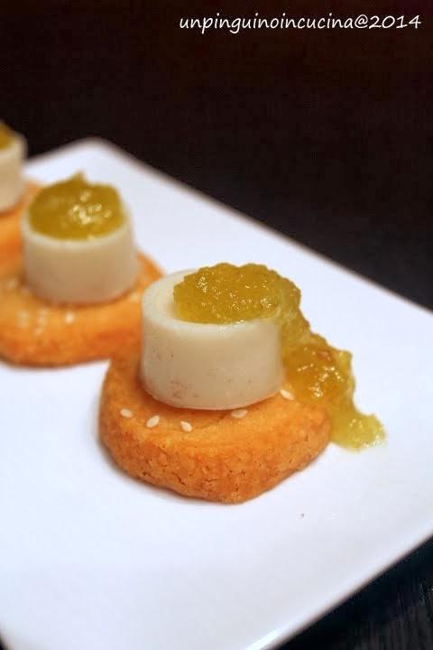 piccoli sablé salati con mini panna cotta al pecorino e mostarda ai fichi