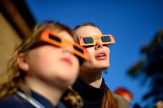 observando el eclipse solar