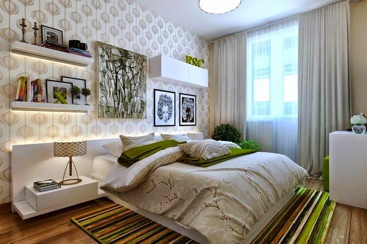 Quarto de casal com painel branco, papel de parede, prateleiras e quadros acima da cama