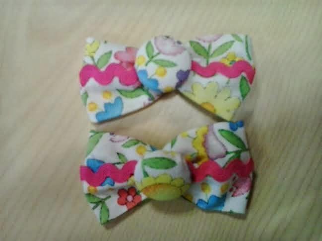 moños para el pelo de flores hechos con tela y detalle de boton forrado