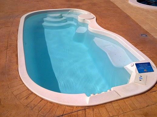 Piscinas lindas y modernas en fotos como pintar una for Como recuperar agua piscina verde