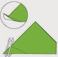 Bước 4: Kéo góc tờ giấy lên phía trên để tạo đầu rùa.