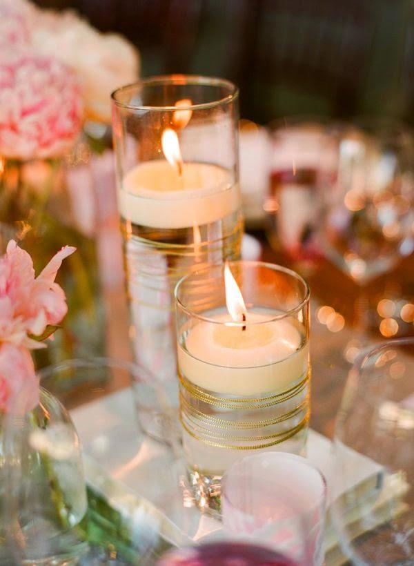 acompaar nuestro centro de mesa para bodas con velas flotantes con arreglos florales a su alrededor en este caso las velas flotan solas en el agua