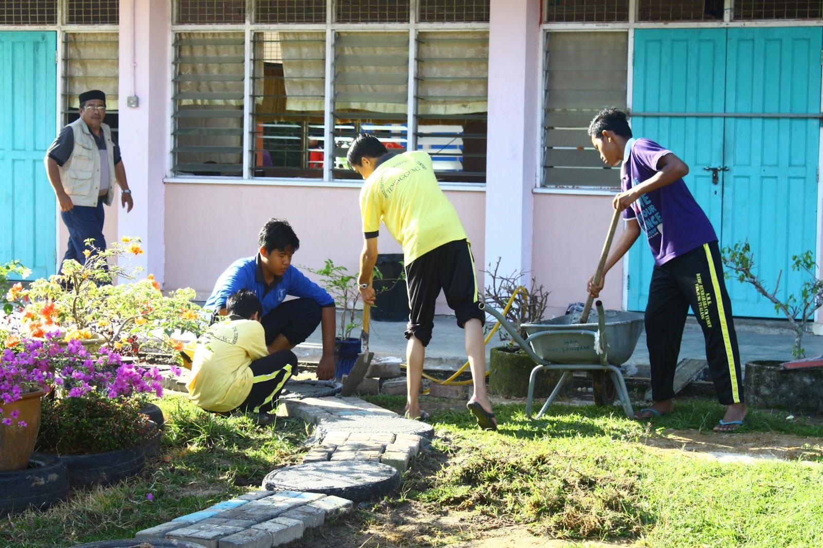 En Saiful (PK HEM) memantau aktiviti pelajar.