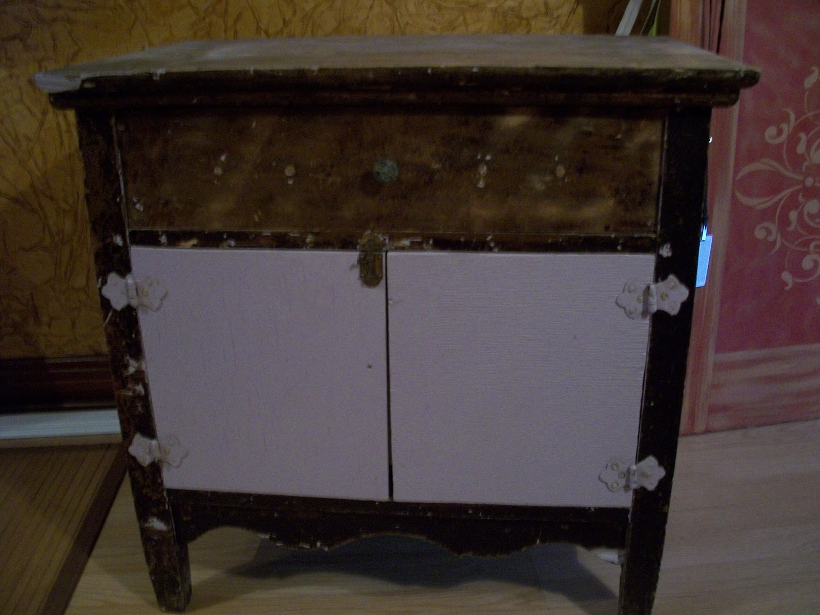 Transformation d un meuble avec la chalk paint d 39 annie for Decaper un meuble peint