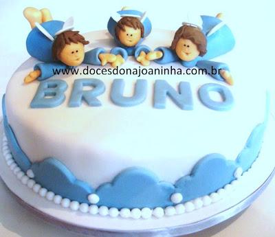 Bolo decorado Batizado Três Anjinhos anjos  de mãos dadas em azul