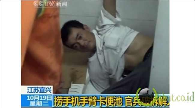 Orang yang tersangkut dalam toilet saat mencoba untuk mengambil telepon genggamnya