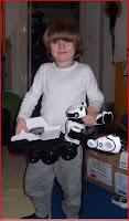 Kind trägt Roboscooter den Roboter.