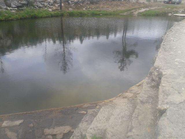 escadas de pedra para entrar na água