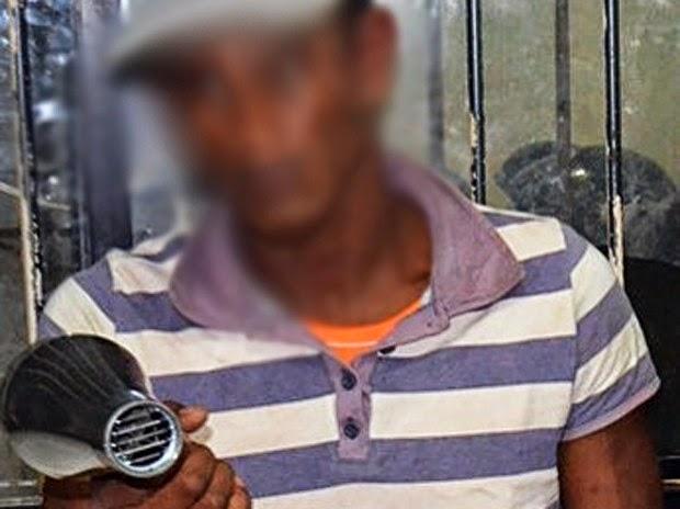 Um dos suspeitos com o secador usado na tentativa de assalto (Foto: Divulgação/Polícia Militar)