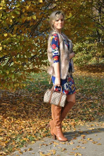 abito stampa floreale come abbinare la stampa a fiori gilet pelliccia ecologica stivali al ginocchio floral print dress faux fur vest  outfit casual invernali outfit da giorno invernale outfit dicembre 2015 december outfit casual winter outfit mariafelicia magno fashion blogger colorblock by felym fashion blog italiani fashion blogger italiane blog di moda blogger italiane di moda fashion blogger bergamo fashion blogger milano fashion bloggers italy italian fashion bloggers influencer italiane italian influencer
